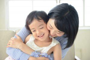 抱っこする母子