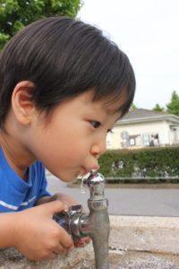 公園で水を飲む子供