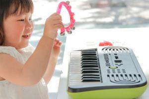 楽器遊びをする子ども
