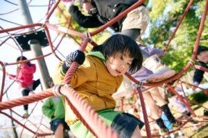 公園の遊具に登る子ども