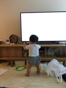 テレビの前の子ども