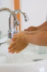 手洗いする子ども