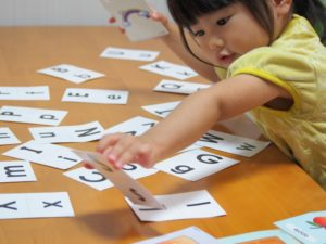 英語カードで遊ぶ子供
