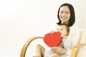 ママとハートを持つ赤ちゃん