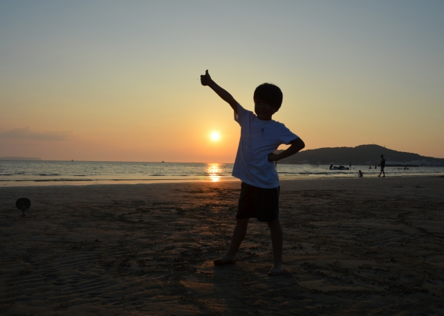 夕日と男の子