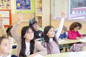 挙手する子どもたち