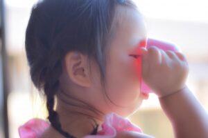 コップで水を飲む子ども
